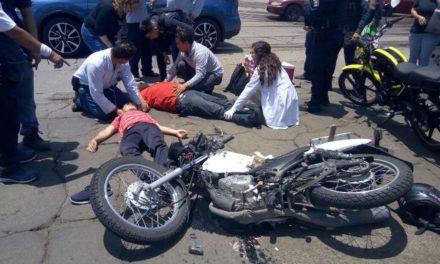 ¡Graves padre e hijo motociclistas tras ser arrollados por un camión de carga en Aguascalientes!