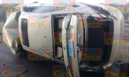 ¡Automovilista resultó lesionado tras volcar su auto en la carretera Lagos-León!