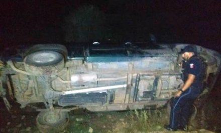 ¡Espectacular volcadura de una camioneta en Aguascalientes; el chofer escapó!