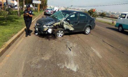 ¡Automovilista se estrelló contra un poste de luz y salió ileso en Aguascalientes!