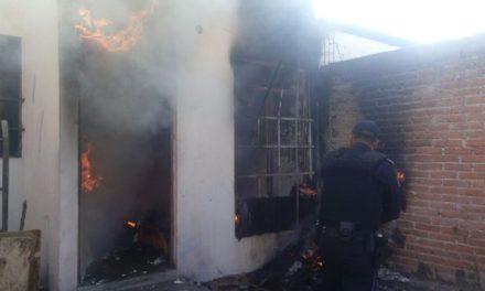 ¡Policías municipales de Aguascalientes rescataron a una familia de su casa en llamas!