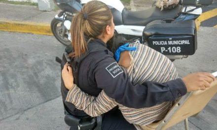 ¡Rescataron policías municipales de Aguascalientes a joven que intentó arrojarse del puente peatonal frente a la Central Camionera!