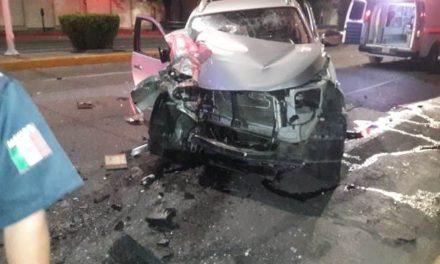¡1 lesionada tras espectacular choque entre una camioneta y un auto en Aguascalientes!
