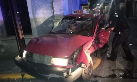 ¡Taxista y pasajera quedaron prensados tras fuerte choque en Aguascalientes!