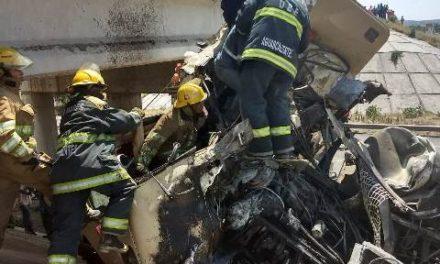 ¡Impresionante accidente en Aguascalientes: camión cayó de un puente elevado!