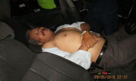 ¡Taxista atropelló a 2 peatones y se estrelló contra varios objetos fijos en Aguascalientes!