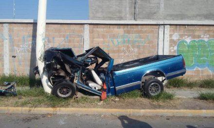 ¡Espectacular accidente en Aguascalientes: camioneta embistió a un motociclista y se estrelló contra un poste!
