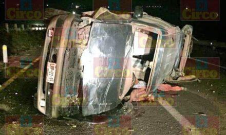 ¡Volcadura de una camioneta dejó 1 muerto y 1 lesionada en Lagos de Moreno!