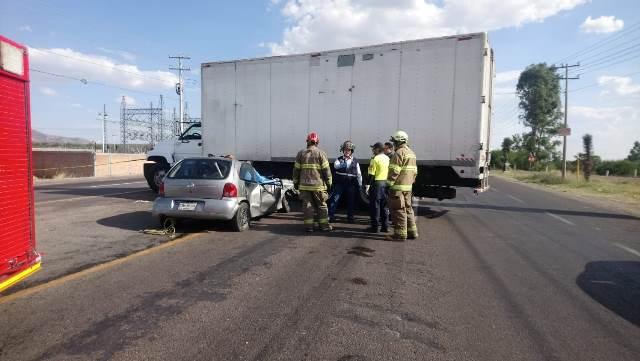¡1 muerto y 4 lesionados tras fatal accidente en Aguascalientes: auto se metió debajo de la caja de un tráiler!