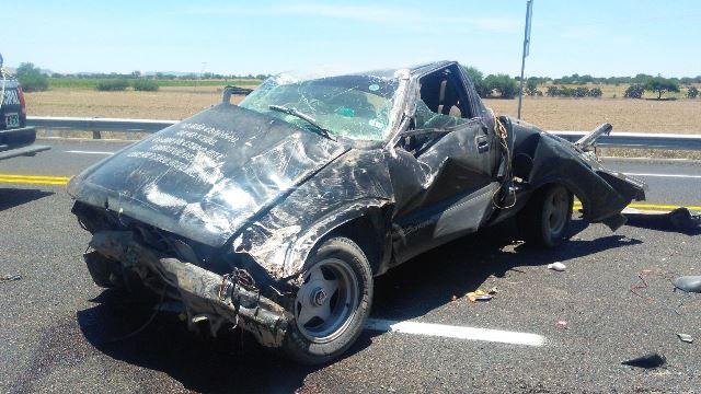 ¡Camioneta sufrió espectacular volcadura en Aguascalientes y 2 jóvenes resultaron lesionados!