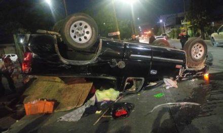 ¡Hermanos tianguistas resultaron lesionados tras la volcadura de su camioneta en Aguascalientes!
