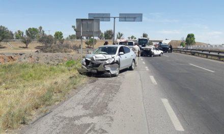 ¡Fuerte choque entre un taxi y un auto particular en Aguascalientes dejó 1 mujer lesionada!