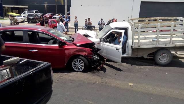 ¡Choque frontal entre un auto y una camioneta en Aguascalientes dejó 4 lesionados!