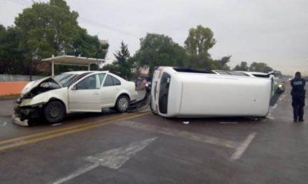 ¡Fuerte choque-volcadura entre un auto y una combi dejó 5 lesionados en Aguascalientes!