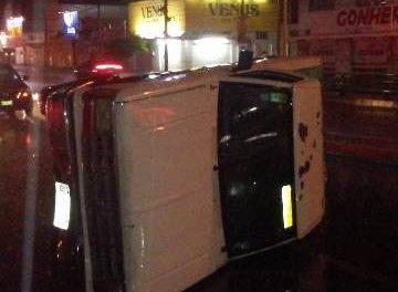 ¡Camioneta se estrelló contra el muro de un puente vehicular y se volcó en Aguascalientes!