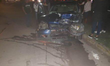 ¡Joven automovilista se estrelló contra un árbol en Aguascalientes!