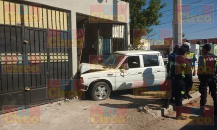 ¡Adulto mayor resultó lesionado tras chocar su camioneta contra una casa en Lagos de Moreno!