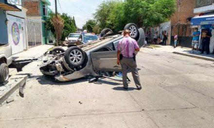 ¡Delincuentes asaltaron a cuentahabientes en Aguascalientes y en su huida se volcaron!