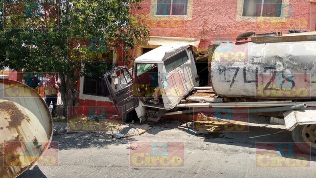 ¡Pipa de agua se estrelló contra una casa en Lagos de Moreno: 2 lesionados!