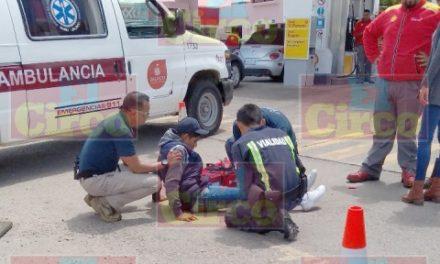 ¡Joven motociclista resultó lesionado tras ser embestido por una mujer en una gasolinera en Lagos de Moreno!