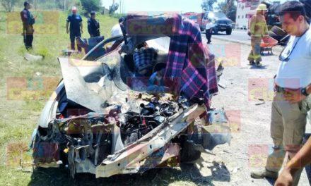 ¡4 muertos en San Juan de los Lagos tras choque frontal entre un auto y un camión de carga!