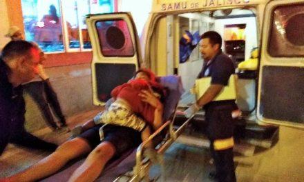 ¡2 jóvenes y su bebé resultaron lesionados tras caer de una motocicleta en Lagos de Moreno!