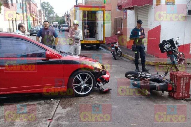 ¡Otro motociclista lesionado tras chocar contra un auto en Lagos de Moreno!