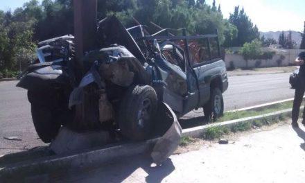 ¡Hombre lesionado tras estrellar su camioneta contra un poste y una base metálica en Aguascalientes!