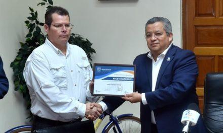 ¡Gobierno del Estado reconoce a chofer de camión urbano por su valentía y espíritu de servicio!