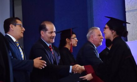 ¡Entrega el gobernador títulos a graduados de la UTA!
