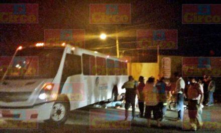 ¡Lesionado motociclista tras estrellarse contra un camión de transporte de personal en Lagos de Moreno!