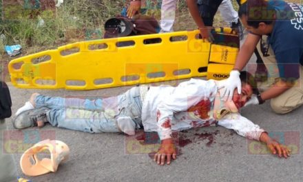 ¡Graves 2 motociclistas que chocaron contra un automóvil en Lagos de Moreno!