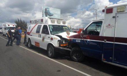 ¡2 ambulancias y una camioneta protagonizaron aparatoso accidente en Aguascalientes!