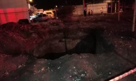 ¡2 niños cayeron a una zanja en Aguascalientes y fueron rescatados por policías municipales y vecinos!