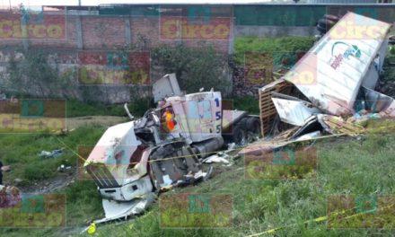 ¡Grave trailero tras una volcadura en la curva del Silo en Lagos de Moreno!