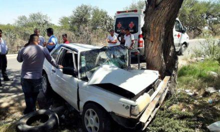 ¡Adolescente lesionado tras estrellar su auto contra un árbol en Lagos de Moreno!