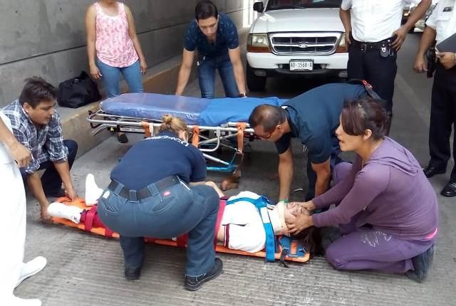 ¡Adolescente se arrojó al vacío desde lo alto de un puente vehicular en Aguascalientes y está grave!