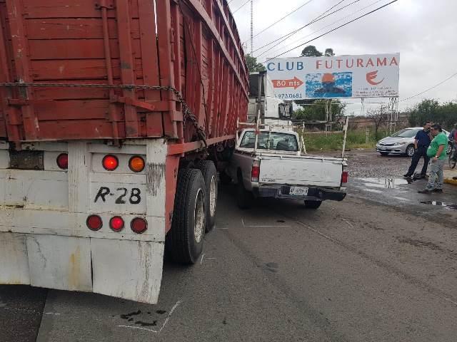 ¡Camioneta se estrelló contra un tráiler en la salida a Zacatecas en Aguascalientes!