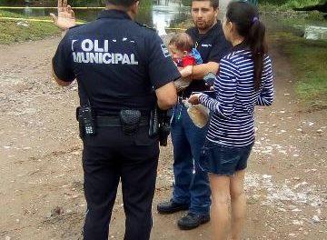 ¡Policías municipales de Aguascalientes rescataron a madre e hijo de 8 meses de nacido de la corriente del Río San Pedro!