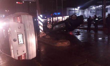 ¡Espectacular choque y doble volcadura entre dos autos en Aguascalientes dejó 3 lesionados!