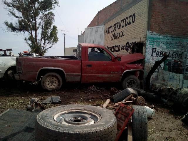¡Adolescente atropelló a un hombre y se estrelló contra un taller en Pabellón de Arteaga, Aguascalientes!