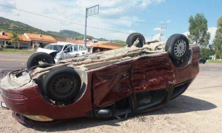 ¡Choque-volcadura entre una camioneta y un auto dejó 10 lesionados en Aguascalientes!
