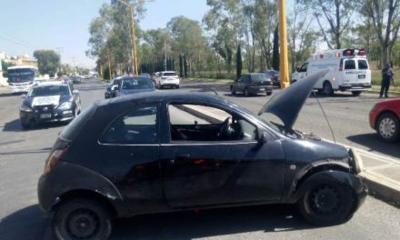 ¡Auto chocó contra un poste de luz y se volcó en Aguascalientes: 2 lesionadas!