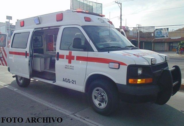 ¡Fuerte choque entre una motocicleta y un auto dejó 3 lesionados en Aguascalientes!