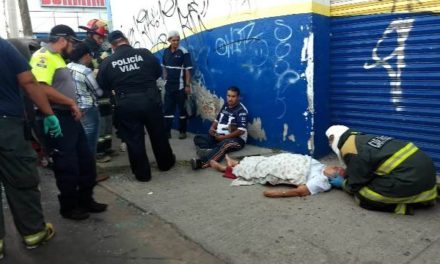 ¡Tráiler embistió, arrastró y volcó a un taxi en Aguascalientes: 3 lesionados!