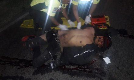 ¡Mujer de Aguascalientes murió y hombre de Zacatecas lesionado de gravedad tras caer de una motocicleta!