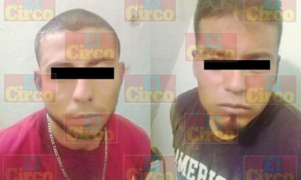 """¡Policías municipales de Lagos de Moreno detuvieron a 2 delincuentes que saquearon un súper mediante un """"boquetazo""""!"""