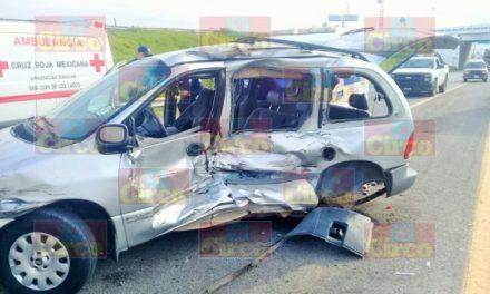 ¡Un tráiler embistió una camioneta con una familia a bordo en San Juan de los Lagos!