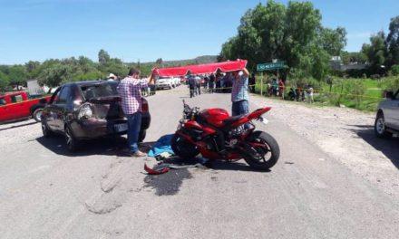 ¡Choque por alcance entre una motocicleta y un auto dejó 1 muerto y 1 lesionado en Aguascalientes!