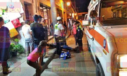 ¡2 motociclistas resultaron lesionados tras estrellarse contra un poste en Lagos de Moreno!